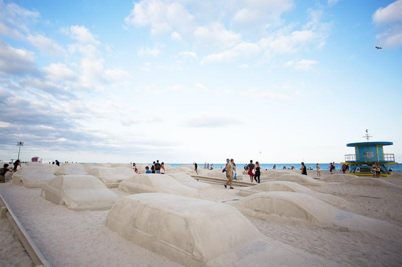 هنرمندی که یک چیدمان هنری ساحلی جالب برای هشدار تغییرات آب و هوا ایجاد کرد