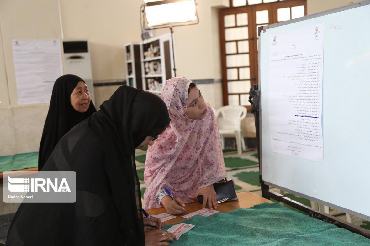 خبرنگاران پوشش رنگین کمانی دختران رای اولی هرمزگان درپای صندوق های رای