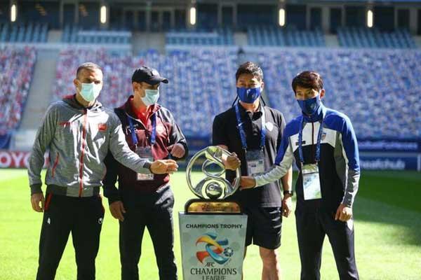 عکس یادگاری سرمربی و کاپیتان های پرسپولیس و اولسان با جام قهرمانی (تصاویر)