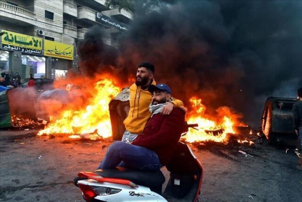 اعتراضات و بستن مسیرها در لبنان به دلیل افزایش قیمت دلار